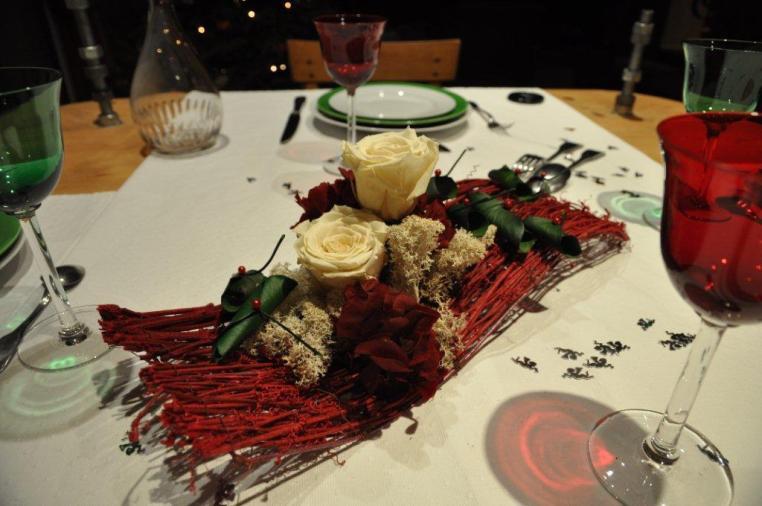 structure en lianes rouges,roses stabilisées ivoire, hortensia stabilisé rouge, lichen blanc