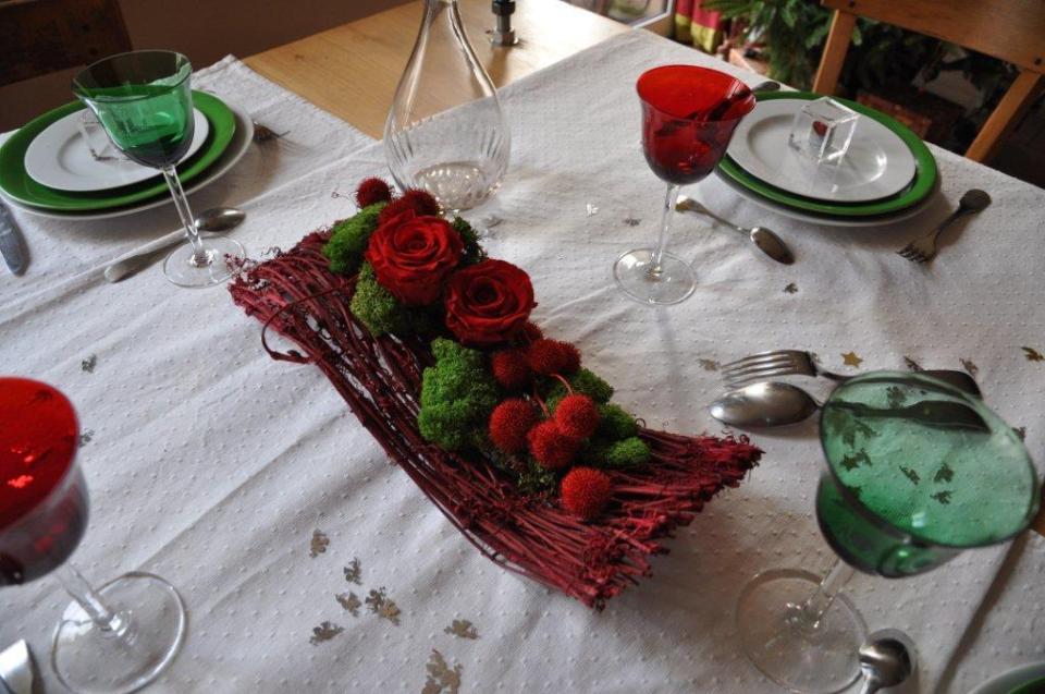structure en liane naturelles rouges et roses rouges, graines de liquidambard, lichen vert pour réaliser un élégant centre de table.
