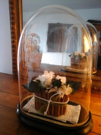 Création personnalisée pour ce globe ancien : charlotte et roses blanches.