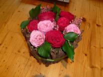 Cannelle naturelle autour comme une charlotte et au centre des roses de jardin stabilisées avec des feuilles de lierre stabilisées. Un tres beau centre de table qui fera l'unanimité!