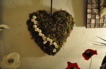 ceour en liche net mousse avec roses blanches stabilisées. Cœur pour porter les alliances de mariage puiq devient un tableau dans l'intérieur des mariés.