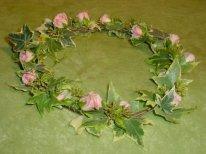couronne de mariée ou pour petite fille d'honneur avec feuillages et mini roses blanches rouges ou roses.