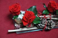 Contenant moderne et bois de sumatha blanc, boules de noel comme vase, rose rouges stabilisées, pommes de pin