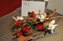 Orchidées et roses rouges forment un ensemble moderne et contemporain sur cette ardoise brute.