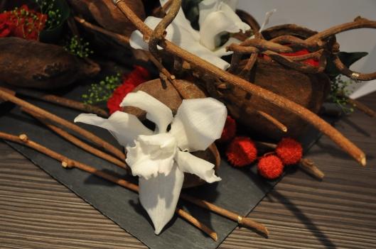 Orchidée blanche dans création florale contemporaine sur ardoise