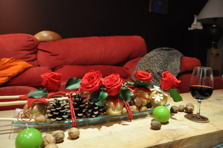 rose rouge, pommes de pin, lierre, boule de noel, bois