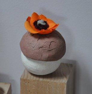 """Un pavot orange s""""est posé comme un papillon sur l'écrin contenant votre présent."""