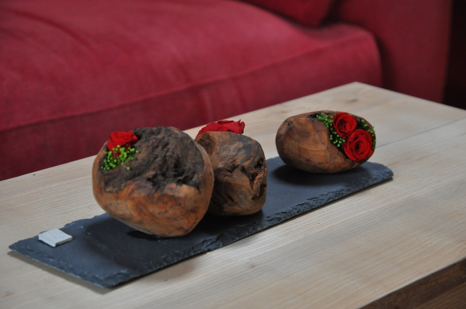 boules de bois de thuya garnies de roses stabilisées pour un chemin de table très poétique et contemporain.
