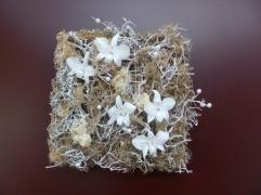 Orchidées blanches et perles pour ce tableau à offrir à un mariage...
