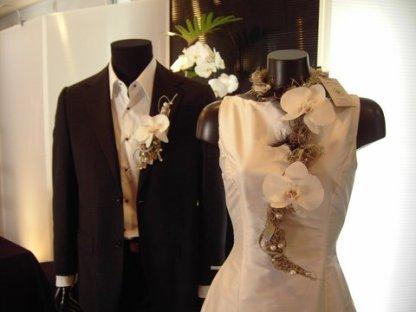 pour un bijoux de mariage le tillandsia est travaillé avec du fil argent des perles blanches et des orchidées stabilisées blanches. la boutonnière du marié est assortie au bijoux floral de la mariée.