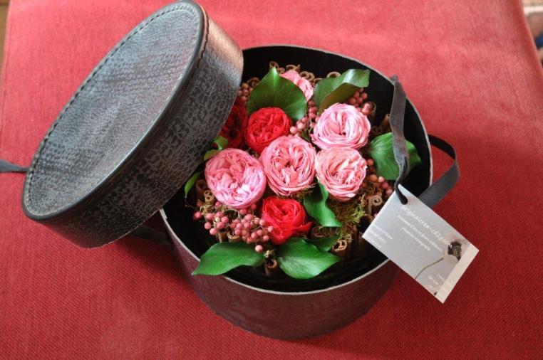 Charlotte en cannelle naturelle et fleurs stabilisées dedans;