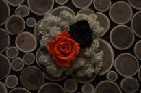 Ambiance naturelle avec ce cadre fait de tronçon de bois, lichen et roses au contrastes contemporains