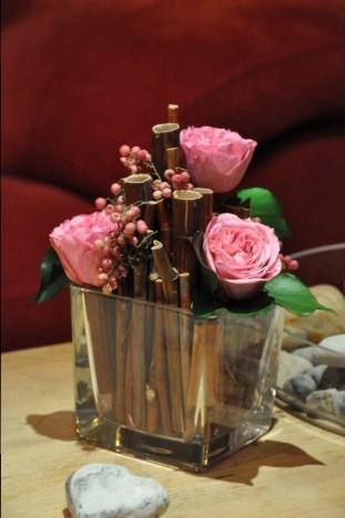 rose stabilisées roses polygonome pour calage dans le vase en verre, poivre, . création aspect contemporaine