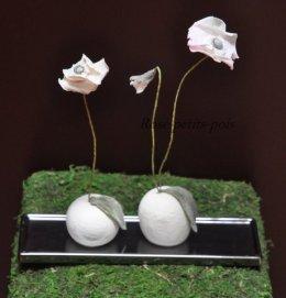 Pavots blanc sur graines et plateau argent