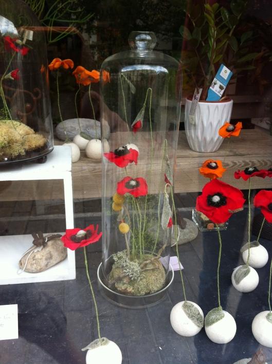 """cloche en verre et création florale en fleurs tabilisées exposée chez la fleuriste """" A la fée violette"""" à Orléans."""
