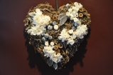 Un cœur de douceur en gris et blanc pour porte alliances réalisé en fleurs stabilisées: Un cadeau qui restera immortalisé pour ce jour unique.