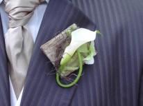 Ecorce et végétal pour une boutonnière de marié sobre et élégante