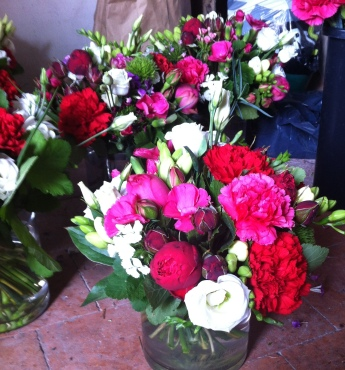 Roses de jardin et œillets dans les tons de rouge et fuschia