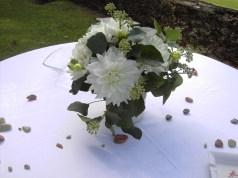 Dalhia de jardin et eucalyptus pour une table simple et chic.