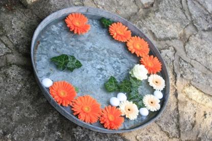 Des plateaux en zinc accueillent des fleurs et bougies à flotter pour parfaire l'ambiance de votre évènements
