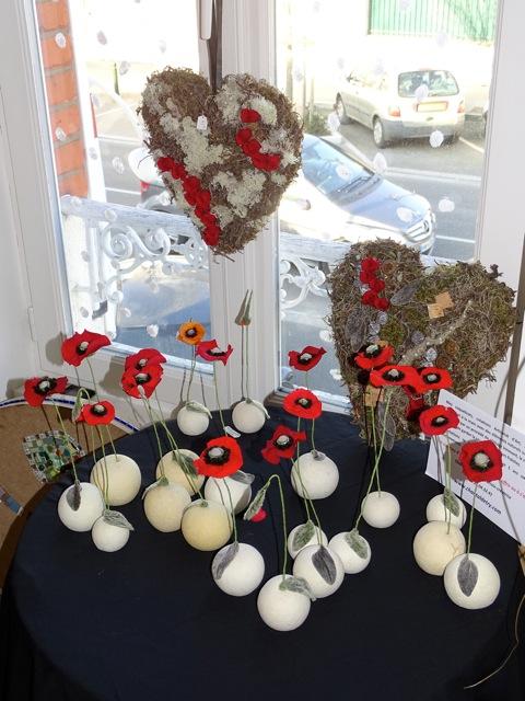 Cœurs en lichens et branchages garnis de fleurs stabilisées pour une durée presque éternelle...