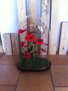 Globe de la famille confié pour installer une création de coquelicots stabilisés.  Un petit coin de Nature dans le salon...