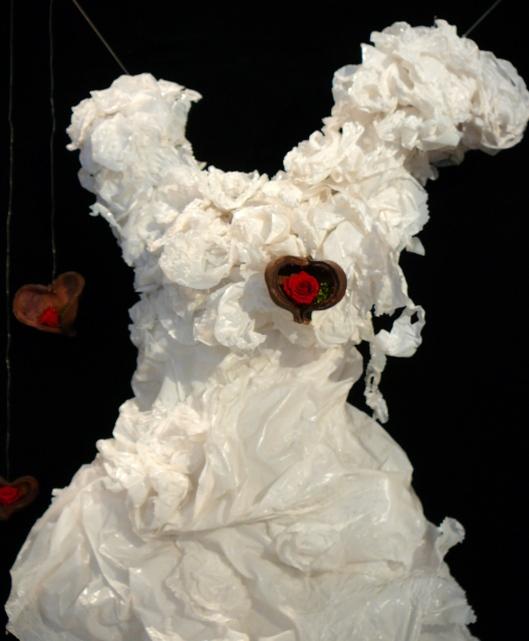 Robe  de mariée réalisée en plastique ...!!!